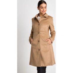 Klasyczny beżowy płaszcz z kołnierzem QUIOSQUE. Czarne płaszcze damskie marki QUIOSQUE, na imprezę, z dzianiny, z kopertowym dekoltem, mini, dopasowane. W wyprzedaży za 199,99 zł.