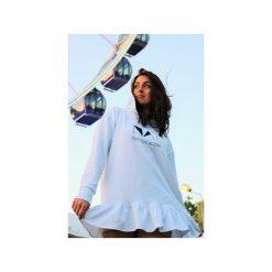 Bluza dresowa biała z kapturem i falbanką. Białe bluzy z kapturem damskie marki Nat fashion room, z nadrukiem, z bawełny, z krótkim rękawem, krótkie. Za 330,00 zł.