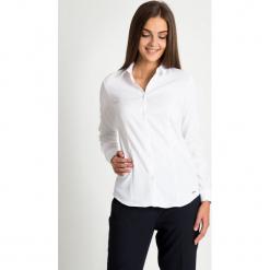 Biała klasyczna koszula  QUIOSQUE. Białe koszule jeansowe damskie QUIOSQUE, biznesowe, z klasycznym kołnierzykiem, z długim rękawem. W wyprzedaży za 79,99 zł.