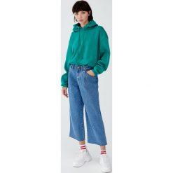Jeansy ze średnim stanem z podwójnymi zakładkami. Niebieskie jeansy damskie marki Pull&Bear. Za 109,00 zł.