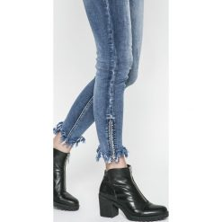 Answear - Jeansy Sporty Fusion. Niebieskie jeansy damskie rurki marki House, z jeansu. W wyprzedaży za 89,90 zł.