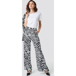 Spodnie damskie: NA-KD Trend Rozszerzane spodnie z wysokim stanem - Black,White