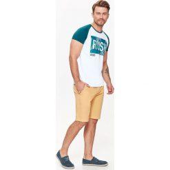 T-SHIRT MĘSKI Z NADRUKIEM. Szare t-shirty męskie z nadrukiem Top Secret, na jesień, m, z bawełny. Za 24,99 zł.