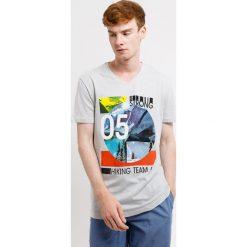 T-shirt męski MF Strong. Szare t-shirty męskie z nadrukiem Astratex, m, z bawełny, dekolt w kształcie v. Za 49,99 zł.