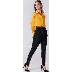 NA-KD Eleganckie spodnie z wiązaniem - Black. Czarne spodnie z wysokim stanem NA-KD, z poliesteru. Za 161,95 zł.