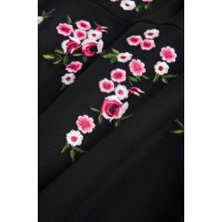 Sukienki balowe: Siateczkowa sukienka z haftem