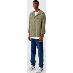 Koszula wierzchnia worker w kolorze khaki. Brązowe koszule męskie Pull&Bear, m, z długim rękawem. Za 109,00 zł.