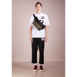 McQ Alexander McQueen BOYFRIEND Tshirt z nadrukiem optic white. Czarne t-shirty damskie McQ Alexander McQueen, xs, z nadrukiem, z bawełny. Za 549,00 zł.