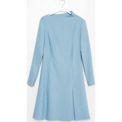 Simple - Sukienka. Niebieskie długie sukienki marki Simple, z elastanu, eleganckie, z dekoltem w łódkę, z długim rękawem, rozkloszowane. W wyprzedaży za 399,90 zł.