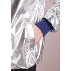 True Religion Kurtka wiosenna silver mettalic. Szare kurtki męskie bomber True Religion, m, z materiału. W wyprzedaży za 435,60 zł.