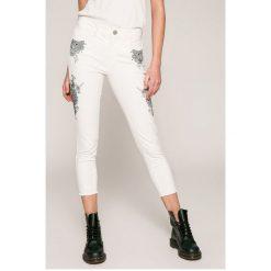 Desigual - Jeansy Evens. Szare jeansy damskie rurki marki Desigual, l, z tkaniny, casualowe, z długim rękawem. W wyprzedaży za 259,90 zł.