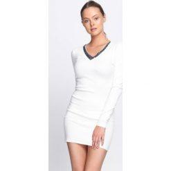 Biała Sukienka By Now. Białe sukienki dzianinowe Born2be, l, z dekoltem w serek, mini, dopasowane. Za 59,99 zł.