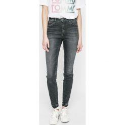 Tommy Jeans - Jeansy SANTANA. Czarne jeansy damskie marki Tommy Jeans, z podwyższonym stanem. W wyprzedaży za 379,90 zł.