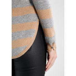Swetry klasyczne damskie: YUMA Sweter beige/grau