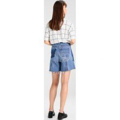 Ksenia Schnaider VINTAGE SHORTS MIX Szorty jeansowe light blue/dark blue. Niebieskie bermudy damskie Ksenia Schnaider, z bawełny, vintage. W wyprzedaży za 720,85 zł.
