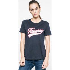 Tommy Hilfiger - Top. Szare topy damskie marki TOMMY HILFIGER, m, z nadrukiem, z bawełny, z okrągłym kołnierzem. W wyprzedaży za 139,90 zł.