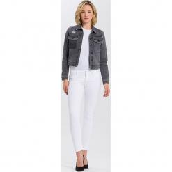 """Dżinsy """"Adriana"""" - Skinny fit - w kolorze białym. Białe rurki damskie Cross Jeans, z aplikacjami. W wyprzedaży za 113,95 zł."""