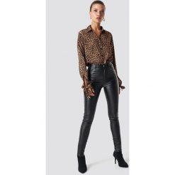 NA-KD Trend Spodnie z wysokim stanem Waxed - Black. Białe spodnie z wysokim stanem marki NA-KD Trend, z nadrukiem, z jersey, z okrągłym kołnierzem. Za 161,95 zł.