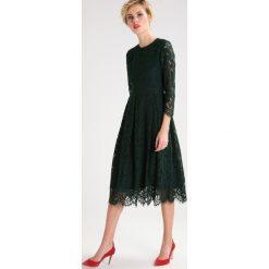 Sukienki hiszpanki: IVY & OAK Sukienka koktajlowa bottle green
