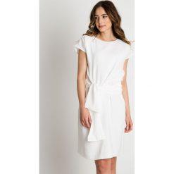 Sukienka ecru przewiązana szarfą w pasie BIALCON. Szare sukienki balowe BIALCON, do pracy, na lato, z klasycznym kołnierzykiem, z krótkim rękawem, mini. W wyprzedaży za 288,00 zł.
