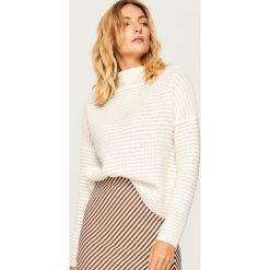 Sweter z półgolfem - Kremowy. Białe swetry klasyczne damskie marki Reserved, l, z dzianiny. Za 119,99 zł.