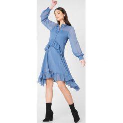 NA-KD Boho Sukienka z falbanką - Blue. Niebieskie długie sukienki marki NA-KD Boho, na imprezę, w koronkowe wzory, z koronki, boho, na ramiączkach. W wyprzedaży za 81,18 zł.