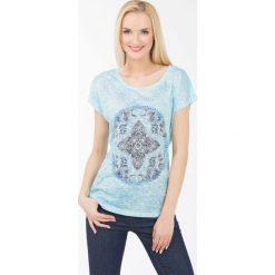 T-shirt z kalejdoskopowym wzorem. Szare t-shirty damskie marki Monnari, z bawełny, z dekoltem na plecach. Za 47,60 zł.
