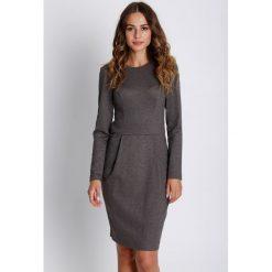 Elegancka sukienka z długim rękawem BIALCON. Brązowe sukienki balowe BIALCON, do pracy, w paski, z tkaniny, z okrągłym kołnierzem, z długim rękawem, dopasowane. W wyprzedaży za 135,00 zł.