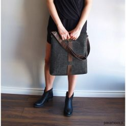 TOREBKA Z FILCU CLASSIC 02 czarny zamek. Czarne torebki klasyczne damskie Pakamera, ze skóry. Za 180,00 zł.