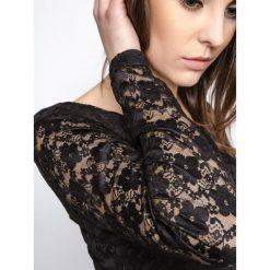 BLUZKA KORONKOWA Z DEKOLTEM W SEREK CZARNA. Czarne bluzki asymetryczne Yups, l, w koronkowe wzory, z bawełny, z dekoltem w serek, z długim rękawem. Za 29,99 zł.