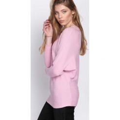 Swetry klasyczne damskie: Różowy Sweter Boastful