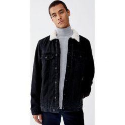 Kurtka jeansowa z kołnierzem ze sztucznego baranka. Niebieskie kurtki męskie jeansowe Pull&Bear, m. Za 199,00 zł.