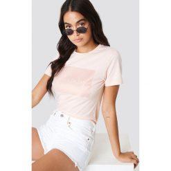 Calvin Klein T-shirt Institutional Satin Box Logo Regular - Pink. Różowe t-shirty damskie marki Calvin Klein, z klasycznym kołnierzykiem. Za 202,95 zł.