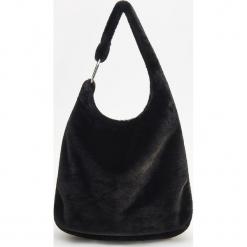 Futrzana torebka - Czarny. Czarne torebki klasyczne damskie Reserved, z futra, futrzane. Za 129,99 zł.