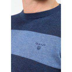 GANT BARSTRIPE CREW Sweter dark jeansblue. Niebieskie kardigany męskie marki GANT. Za 509,00 zł.