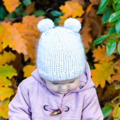 Czapka z wełny merino z pomponami perła. Brązowe czapeczki niemowlęce Pakamera, z wełny. Za 79,00 zł.
