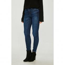 Guess Jeans - Jeansy 1981. Szare jeansy damskie rurki marki Guess Jeans, na co dzień, l, z aplikacjami, z bawełny, casualowe, z okrągłym kołnierzem, mini, dopasowane. Za 459,90 zł.