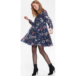 SUKIENKA W KWIATY O LUŹNYM KROJU Z KORONKĄ. Szare sukienki balowe Top Secret, na jesień, w koronkowe wzory, z koronki. Za 159,99 zł.