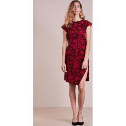 MICHAEL Michael Kors Sukienka z dżerseju rasberry. Czerwone sukienki z falbanami marki MICHAEL Michael Kors, l, z dżerseju. W wyprzedaży za 591,20 zł.