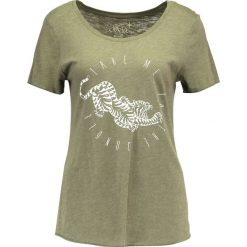 T-shirty damskie: Juvia TAKE ME TO THE JUNGLE Tshirt z nadrukiem khaki