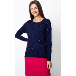 Granatowy sweter z dżetami QUIOSQUE. Niebieskie swetry klasyczne damskie marki QUIOSQUE, z dzianiny, z klasycznym kołnierzykiem. Za 119,99 zł.