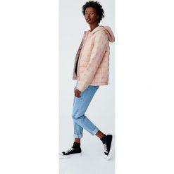Puchowa kurtka z kapturem. Czerwone kurtki damskie puchowe marki Pull&Bear, z puchu, z kapturem. Za 89,90 zł.