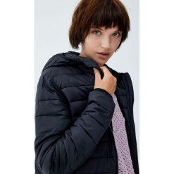 Pikowana kurtka z kapturem. Czarne kurtki damskie pikowane marki Pull&Bear, z kapturem. Za 79,90 zł.