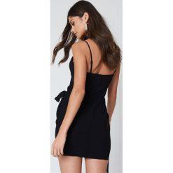 Sukienki asymetryczne: Kristin Sundberg for NA-KD Sukienka z zakładką i wiązaniem – Black