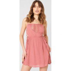 Debiflue x NA-KD Sukienka mini ze sznurowaniem - Pink. Różowe sukienki mini Debiflue x NA-KD, z haftami, ze sznurowanym dekoltem. Za 161,95 zł.