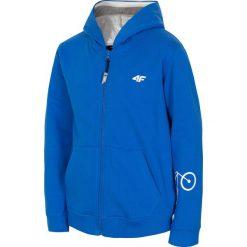 Bluza dla małych chłopców JBLM109 - niebieski. Niebieskie bluzy chłopięce rozpinane marki 4F JUNIOR, z nadrukiem, z bawełny, z kapturem. Za 69,99 zł.