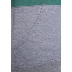 DC Shoes REBEL BLOCK BOY Bluza z kapturem deep sea. Zielone bluzy chłopięce rozpinane DC Shoes, z bawełny, z kapturem. W wyprzedaży za 233,10 zł.