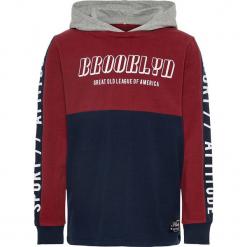 """Bluza """"Rasmus"""" w kolorze granatowo-czerwonym. Czerwone bluzy chłopięce rozpinane Name it Kids, z nadrukiem, z bawełny. W wyprzedaży za 59,95 zł."""