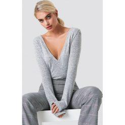 NA-KD Trend Sweter z dekoltem V - Grey. Białe swetry klasyczne damskie marki NA-KD Trend, z nadrukiem, z jersey, z okrągłym kołnierzem. Za 100,95 zł.