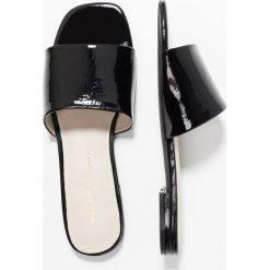Intentionally Blank JESSICA Klapki black. Czarne crocsy damskie Intentionally Blank, z materiału. W wyprzedaży za 519,20 zł.